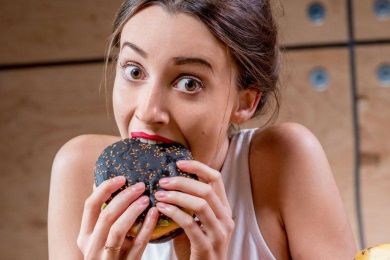 Czarne burgery mają właściwości oczyszczające. Cóż, jak to węgiel.