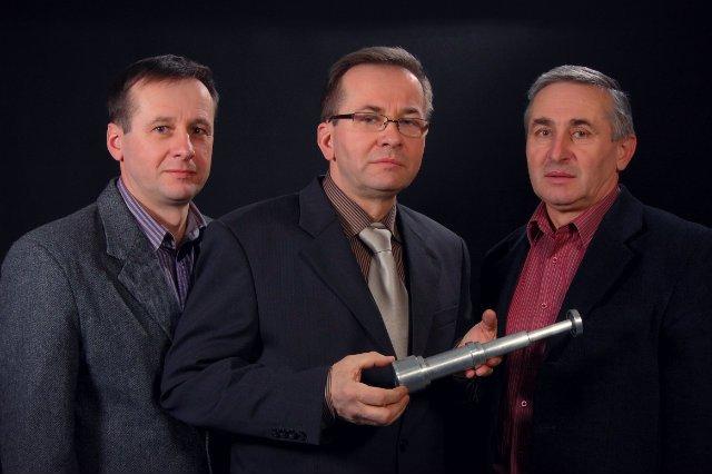 Od lewej: bracia Nowak: Wiesław, Zygmunt i Janusz. Opracowali innowacyjne siłowniki do wyciągania ludzi z płonących samochodów.
