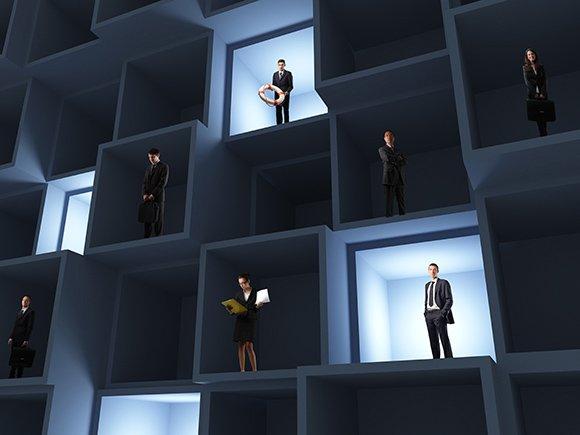 Dzisiejsze firmy są wciąż budowane w oparciu o schemat pionowej struktury organizacyjnej i oddzielonych od siebie działów specjalizujących się w określonych funkcjach. Jakie zagrożenia za tym idą?