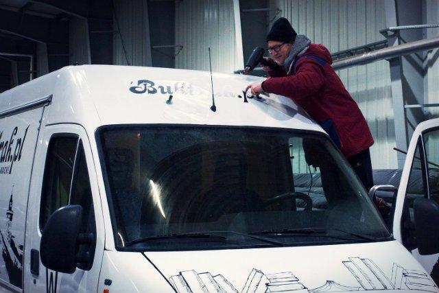 Buktrak, czyli food-truck z książkami, szykuje się do wyjazdu na ulice Gdańska