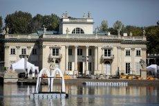 Złote łuki McDonald's pływały przed Pałacem w Łazienkach Królewskich.