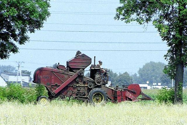 Maszyna rolnicza i nisko wiszące przewody elektryczne to nie jest dobre połączenie