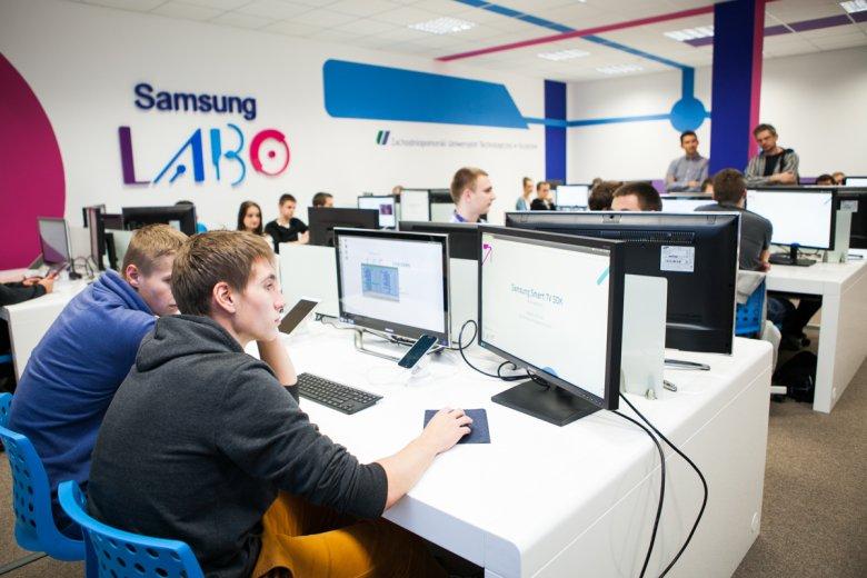 Zajęcia z programowania w ramach warsztatów organizowanych przez Samsunga.