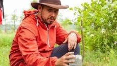 Łukasz Nowacki pomaga zmęczonym miastem ludziom z przeprowadzką na łono natury.
