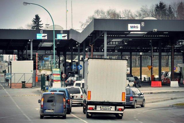 Firmy wolą zapłacić więcej i ściągnąć towar z zagranicy, niż kupić go u polskiego producenta. Powodem jest wprowadzenie od 2017 roku tzw. odwróconego VAT-u