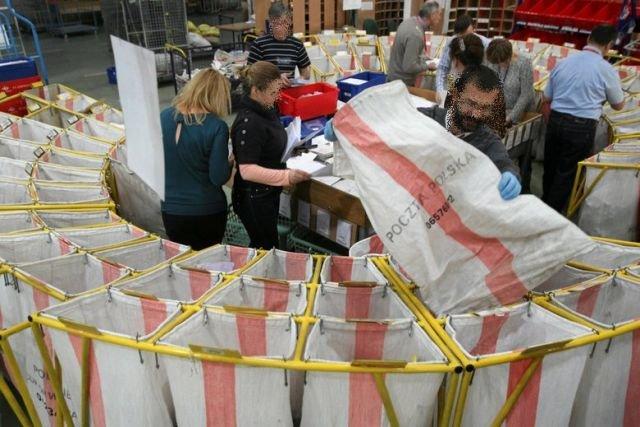 Poczta Polska ma teraz monitorować przesyłki z Chin i podawać dane ich adresatów fiskusowi.