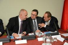 SKOK-i od dawna korzystają z przychylności władzy. Na zdjęciu Jack Sasin (PiS), Grzegorz Bierecki (twórca systemu SKOK) i Janusz Szewczak (główny ekonomista SKOK)