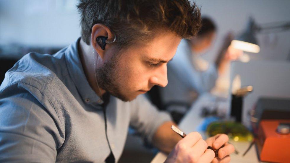 Piotr Granicki, twórca Custom Art. Przygodę z produkcją słuchawek zaczynał od zera, metodą prób i błędów. Dziś jego słuchawki noszą wielkie gwiazdy muzyki.