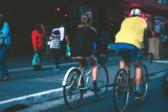 Dojeżdżanie do pracy na rowerze to oszczędność rzędu 2000 zł rocznie. Zyskamy też 2 tygodnie życia