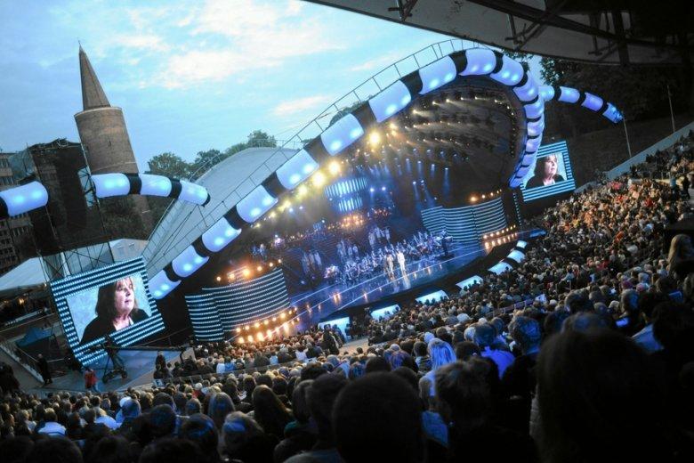 Widownia opolskiego amfiteatru liczy około 5 tys. miejsc.