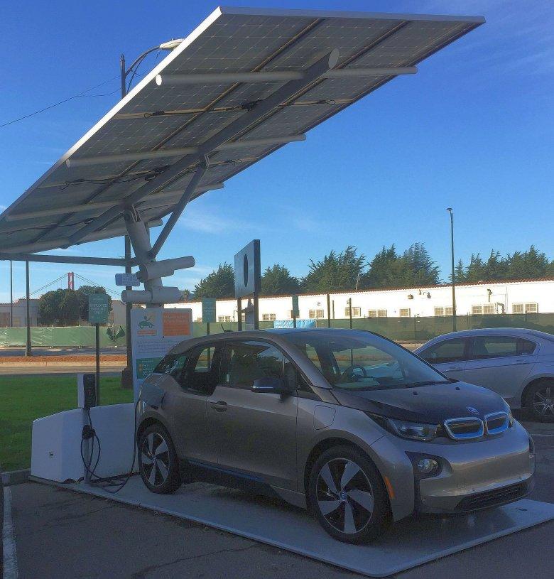 Darmowe ładowanie samochodów elektrycznych przy użyciu paneli słonecznych, San Francisco.