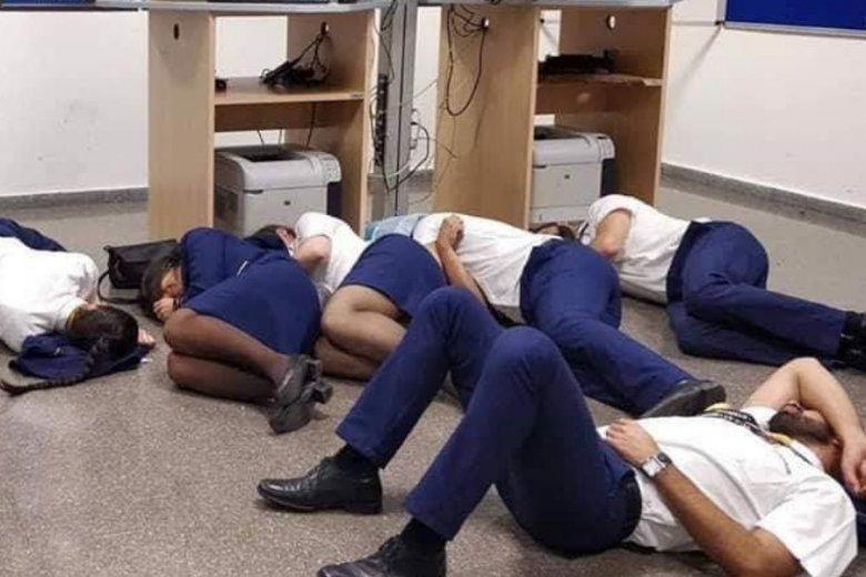 Słynne zdjęcie z Malagi: firma najpierw nie zapewniła załodze choćby minimalnej możliwości odpoczynku, a po fali oburzenia - wyrzuciła sfotografowanych z pracy.