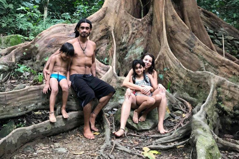 Państwo Lozano z dziećmi.