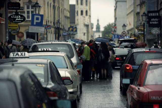 Sąd Rejonowy w Krakowie Krowodrzy wydał pierwszy prawomocny wyrok wobec kierowcy Ubera, w którym potwierdził, że oskarżony nie mógł oferować swoich usług klientom bez ważnej licencji taksówkarskiej