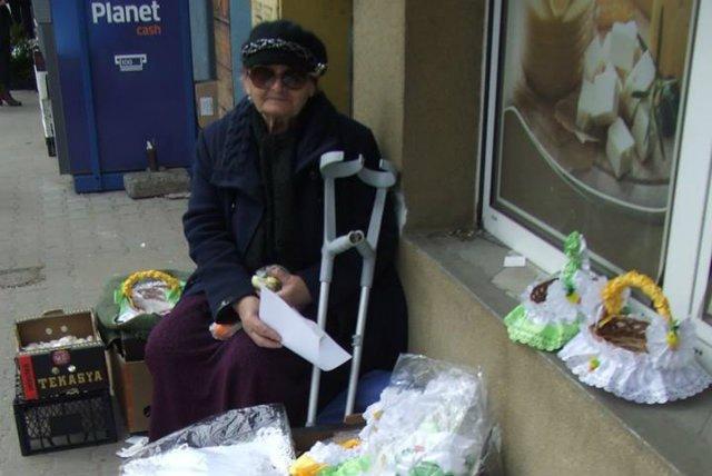 Pani Marianna z Radomia sprzedawała własnoręcznie dziergane serwetki na jednym z radomskich targowisk