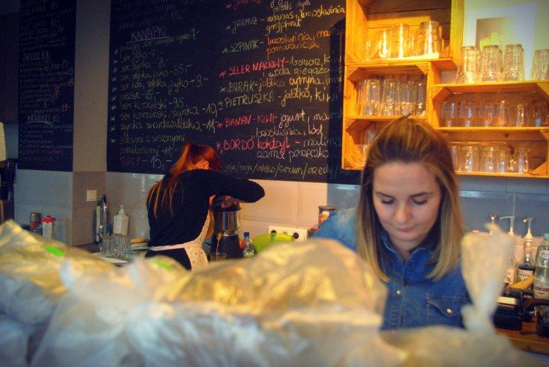 Ania Kondeja mówi: 6 złotych za espresso i 10 złotych za latte, to średnie ceny w Warszawie. Klienci są skłonni tyle zapłacić