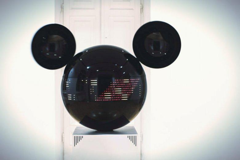 """Mikifon to interaktywna, audiowizualna instalacja inspirowana postacią Myszki Mickey. """"Mikifon sampluje dźwięki z otoczenia, obracając się dookoła w ich poszukiwaniu, a następnie przekształca je w rytmiczne sekwencje muzyczne."""""""