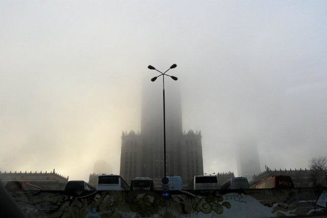 PKiN tonie co rano w dziwnej mgle