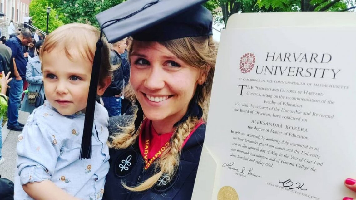 Ola uzyskała dyplom jednej z najlepszych szkół na świecie. Wychowanie małego dziecka nie przeszkodziło jej w realizacji celu. Po powrocie do Polski postanowiła stworzyć miejsce, które pomoże innym rodzicom w wychowywaniu ich pociech.