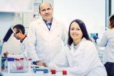 Profesor Jacek Jemielity oraz dr Joanna Kowalska, współtwórcy wynalazku.