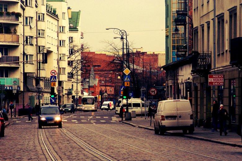 Ulica Ząbkowska - kręgosłup Szmulek. Ceglane budynki w oddali to właśnie Campus Warsaw.
