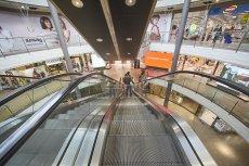 Od poniedziałku 4 maja 2020 galerie handlowe znów są otwarte.