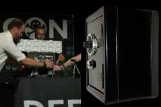 Zespół ze SparkFun Electronics za pomocą maszyny za kilkaset złotych otworzył sejf renomowanego producenta. W 30 minut.