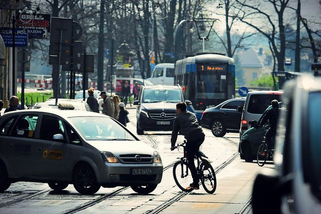 Jedną z belgijskich posłanek zafrasowała sprawa zbyt wolnego poruszania się samochodami po drodze. Okazało się, że miejscowa policja wystawia za te wykroczenie ok. 650 mandatów rocznie