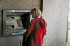 """Po czym poznać człowieka bogatego albo zdesperowanego? Wypłaca pieniądze z """"obcego"""" bankomatu - opłaty za korzystanie z nich ciągle rosną"""