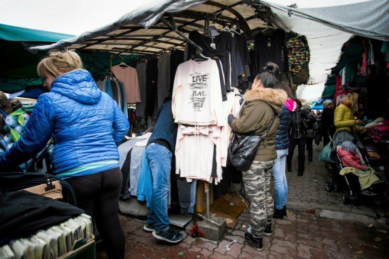Połowa produktów sprzedawanych w handlu bazarowych to odzież i obuwie.