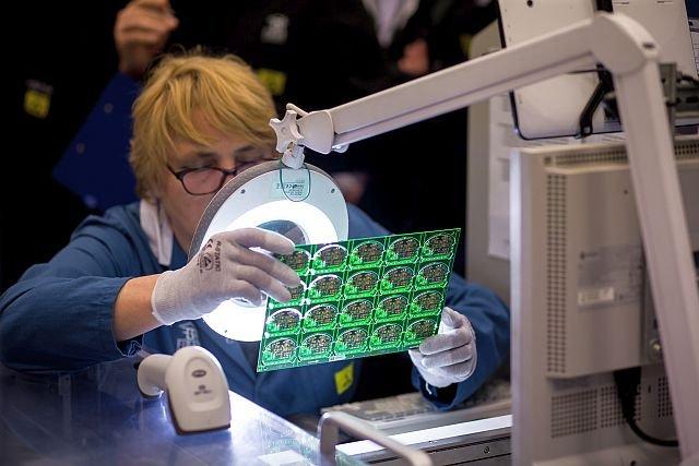 Sporo prac w fabryce Fibaro wykonywanych jest ręcznie - choćby wiele procesów kontrolnych.