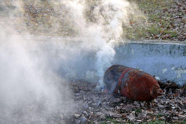 Jeśli wiadomo, że pocisk zawiera fosfor lub bojowe środki trujące, wysadza się go na powierzchni, by fosfor się wypalił a chemia ulotniła do atmosfery. Bo w Polsce brakuje instalacji do pełnej utylizacji tego typu pocisków.
