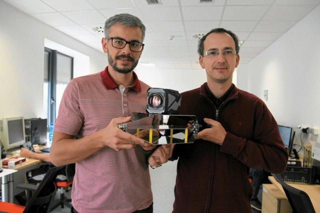 Grzegorz Zwoliński i Radosław Łapczyński, współzałożyciele SatRevolution, z modelem Światowida.