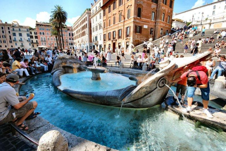 Kary za wchodzenie do fontanny we Włoszech są bardzo wysokie. Turyści z kilku krajów zapłacili po 450 euro.