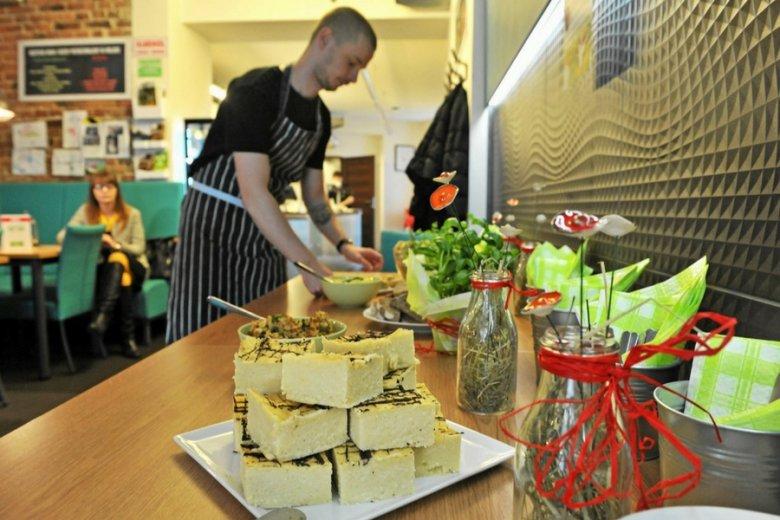 """Przygotowywanie śniadania wielkanocnego w katowickiej restauracji wegańskiej """"Zielony Most""""."""