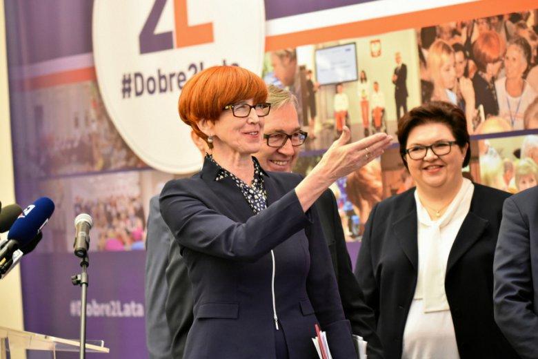 Minister pracy Elżbieta Rafalska, za nią wiceminister Stanisław Szwed.