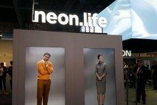 """NEON, czyli """"wirtualny"""" człowiek, nad którym pracuje powiązana z Samsungiem firma STAR Labs, został po raz pierwszy zaprezentowany na targach CES 2020 w Las Vegas."""