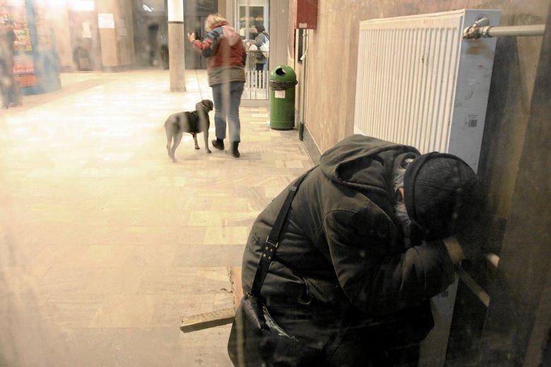 Trudno oszacować liczbę bezdomnych w Polsce. Część z nich zamiast noclegowni i przytułków wybiera nocowanie na dworcach, klatkach schodowych czy ogródkach działkowych.