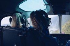 Egzamin jest łatwiejszy niż na prawo jazdy – mówi nam szef szkoły latania. Na pilotów szkolą panie po 50-tce, wypalonych korpoludków, udało się też z 80-latkiem