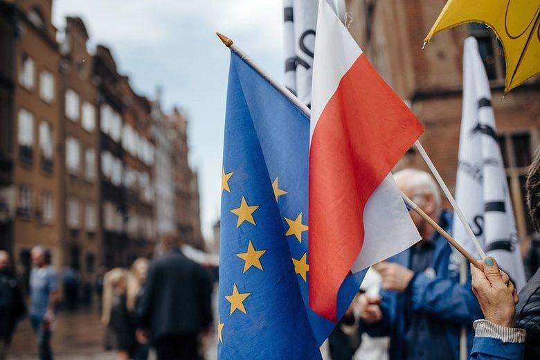 Komisja Europejska chce przyjąć rozporządzenie wprowadzające zależność między przyznawaniem dotacji unijnych od praworządności.