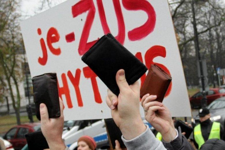 Przedsiębiorcy, szczególnie mikro i mali, od wielu lat demonstrują swoje niezadowolenie związane ze zbyt wysokimi składkami ZUS. Zdjęcie pochodzi z demonstracji pod sejmem z 2014 r.