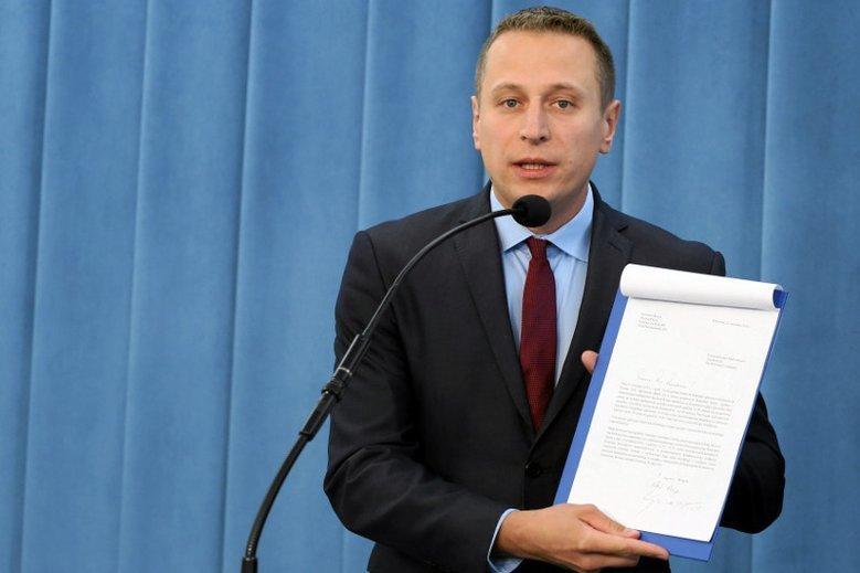 Jarosław Kaczyński miał zajmować się przekazaniem koperty 7 lutego 2018 r. Tego samego dnia trwało posiedzenie Sejmu, na którym miał obowiązek być - dowodzi Krzysztof Brejza.