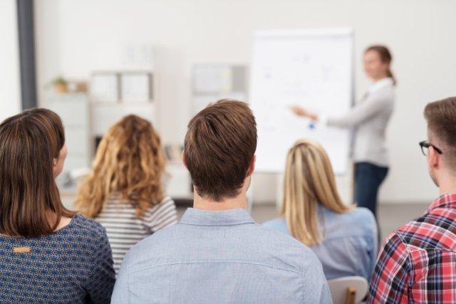 Przeprowadzane w Polsce szkolenia zbyt często przypominają uczelniane wykłady. Eksperci proponują inną ścieżkę edukacji