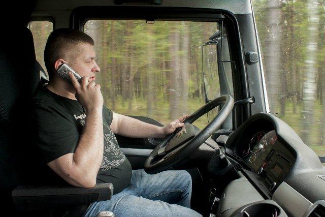Naciągacze liczą zapewne na chwilę dekoncentracji swojego rozmówcy. A o taką nietrudno, np. wtedy, gdy prowadzimy samochód