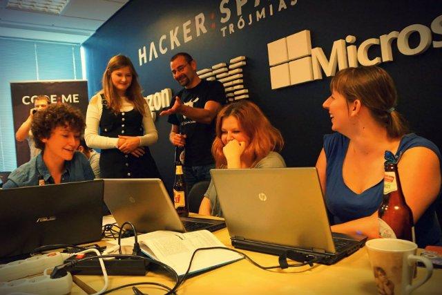 Programowanie jest coraz popularniejsze także wśród kobiet.