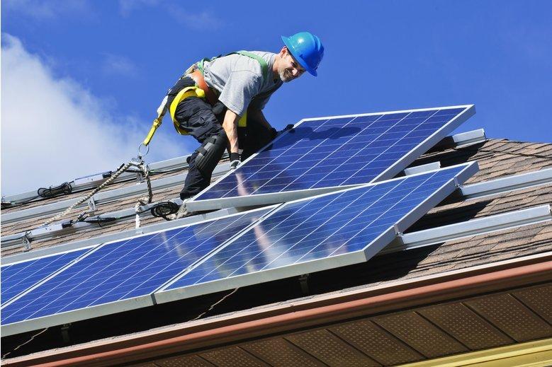 Dzisiejszy Kowalski nadwyżkę prądu uzyskaną z zamontowanych u siebie paneli fotowoltaicznych musi oddać koncernowi energetycznemu, zamiast odsprzedać sąsiadowi.