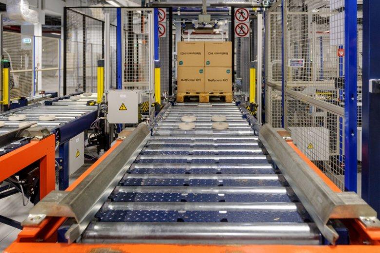 Przenośnik automatycznego magazynu wysokiego składu. To właśnie tędy do silosu i z silosu trafiają materiały oczekujące na odbiór lub przechowanie.