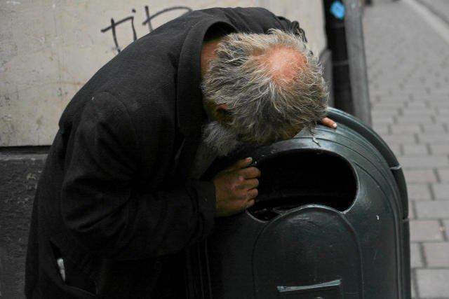 Dawanie pieniędzy bezdomnym często wspiera ich decyzję o życiu w bezdomności.