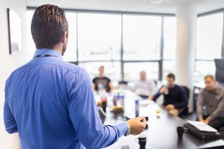 Compliance officer to osoba, której praca w firmie polega na zarządzaniu i kontrolowaniu polityki compliance, czyli polityki zgodności przedsiębiorstwa z obowiązującymi oraz wprowadzanymi regulacjami prawnymi, a także zasadami etycznymi