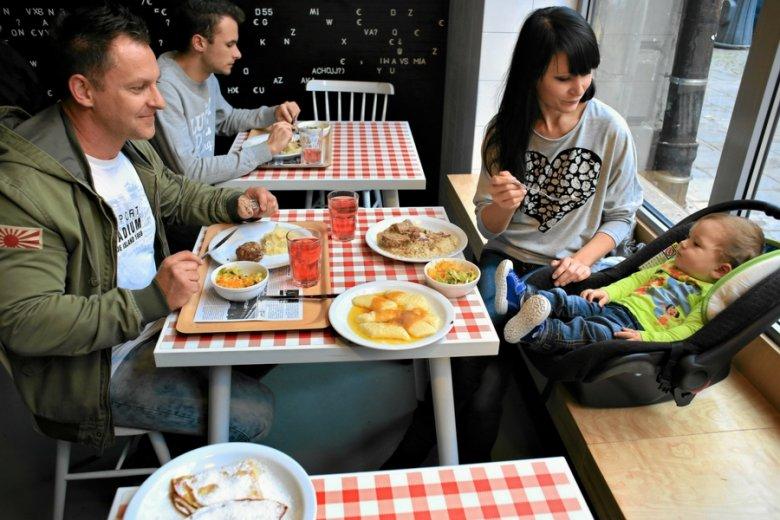 500+ wpłynęło na wzrost konsumpcji w Polsce. Ale mniej niż spodziewali się ekonomiści.